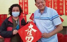 Thư pháp gia người Hoa cho chữ năm mới cầu mong dịch bệnh tiêu trừ