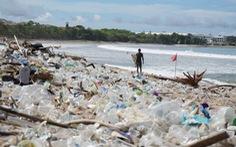 Gần trăm tấn rác thải nhựa 'ngập ngụa' thiên đường du lịch biển Bali