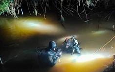 Thợ lặn xuyên đêm tìm kiếm cháu bé 7 tuổi mất tích