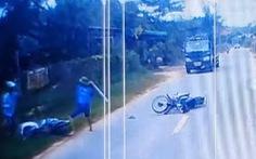 Điều tra vụ người đàn ông dùng gậy đánh liên tiếp nam thanh niên trên đường