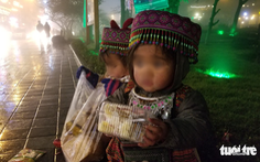 Đêm Sa Pa rét 2 độ, trẻ em vẫn bị đẩy ra đường bán hàng