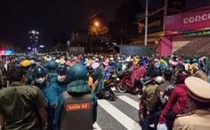 Bình Dương: Hàng ngàn người đi xe máy về quê ùn ứ các chốt chặn