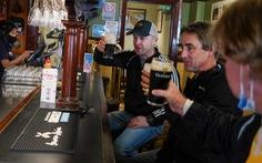 Mừng 'mở cửa', dân Sydney đi uống bia từ nửa đêm