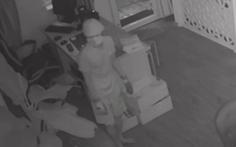 Video: Kẻ trộm thản nhiên lục tìm tài sản trong khi gia chủ đang ngủ