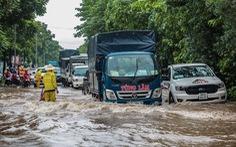 Mưa lớn kéo dài, nhiều tuyến đường Hà Nội ngập sâu