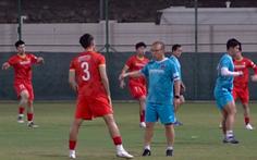 Nỗi lo chấn thương của tuyển Việt Nam từ sân tập xấu