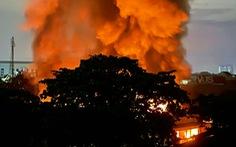 Kho hàng công ty may mặc cháy lớn, lửa khói bốc cao cả trăm mét, đỏ rực một góc trời