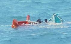 Trắng đêm tìm kiếm kịp thời cứu sống 7 ngư dân chìm tàu trôi trên biển