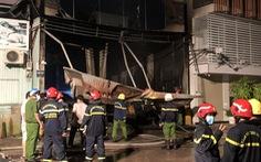 Garage ôtô ở quận 7 bốc cháy dữ dội, thiêu rụi 4 xe bên trong