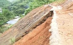 Mưa lớn sau bão số 8, xuất hiện nứt trên đồi, sạt lở đất đá đe dọa hàng chục hộ dân