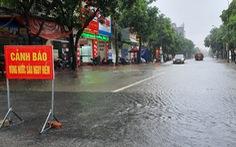 Mưa lớn suốt nhiều giờ, nhiều tuyến phố Hà Tĩnh ngập sâu trong nước