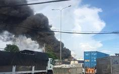 Cháy xưởng hải sản ở quận 12, 2 xe tải bị thiêu rụi