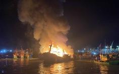 Cháy lớn tại cảng cá Quy Nhơn, 4 tàu cá bị thiêu rụi