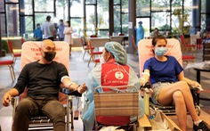 Ngày đầu nới lỏng giãn cách, nhân viên và cư dân Phú Mỹ Hưng tích cực tham gia hiến máu cứu người