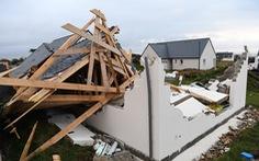 Bão càn quét miền bắc Pháp, hơn 250.000 nhà mất điện, cây đổ lên đường ray
