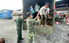 Thêm 800 người dân miền Tây được giúp rời Sài Gòn về quê