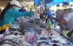 Người dân kéo nhau đi mua thịt, cá, tôm, cua... giá rẻ