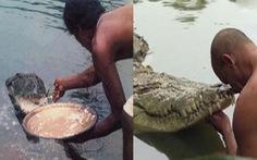 Cá sấu 'quy y' trong đền Ấn Độ, ăn chay suốt 70 năm