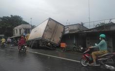 Quốc lộ 1 kẹt xe hơn 10km vì xe tải tông vào chợ