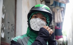 Con chưa dứt sữa, nữ tài xế Gojek rong ruổi chạy xe kiếm tiền nuôi con