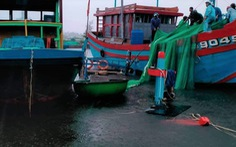Hai tàu cá bị sóng đánh chìm khi đang neo đậu tránh mưa lớn