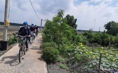Du khách lướt tàu thủy, đạp xe khám phá Cần Giờ