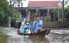 Nhiều nơi ở Huế ngập trong nước lũ, dân đi lại bằng thuyền