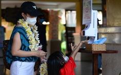 Phó chủ tịch tỉnh Bình Thuận đón, cảm ơn các du khách đầu tiên đến nghỉ dưỡng, tắm biển