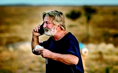 Sự cố Alec Baldwin vô tình bắn chết người khi quay Rust, dư luận kêu gọi cấm súng đạn khi làm phim