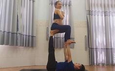'Thót tim' trước bộ ảnh mẹ bầu 35 tuần tập yoga