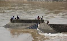 Đang giải cứu đoàn cán bộ đi kiểm tra bị mắc kẹt giữa sông Thạch Hãn