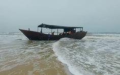 'Con tàu ma' dài 18m, trên thân có chữ Trung Quốc, số hiệu 0148 dạt vào bờ biển Quảng Trị