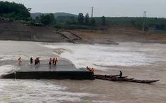 Cứu thành công 7 người mắc kẹt trên ụ nổi giữa sông Thạch Hãn sau tai nạn trôi tàu