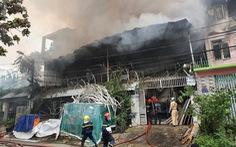 Cháy lớn kho chứa đồ tổ chức tiệc cưới lan sang nhiều nhà khác
