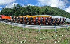 Xe chở cánh quạt điện gió khủng bị lật trên đèo An Khê