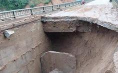Đường dẫn vào cầu sụt lún nghiêm trọng, giao thông vùng cao chia cắt