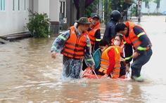 Quảng Trị: Mưa mù mịt, hàng trăm học sinh phải rời lớp bằng xuồng cứu hộ