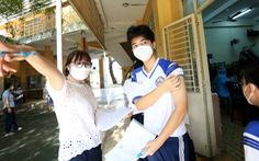 Hàng ngàn học sinh khối 12 ở TP.HCM háo hức, hồi hộp được tiêm vắc xin