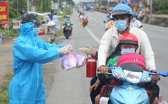 Hàng ngàn bà con miền Tây về quê, người dân đứng dọc đường tặng cơm nước