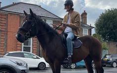 Khủng hoảng nhiên liệu ở Anh: Cưỡi ngựa 'chọc tức' người đi xe hơi xếp hàng mua xăng