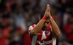 Suarez 'chắp tay lạy trời' sau khi sút tung lưới đội bóng cũ Barcelona