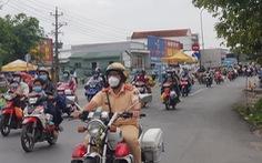 Cảnh sát cùng doanh nghiệp tổ chức xe, dẫn đường, cơm nước đưa bà con về tận huyện
