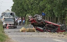 Ôtô con biến dạng sau va chạm với xe tải, 3 thanh niên tử vong