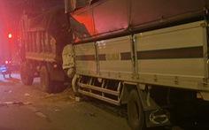 Cabin xe tải găm chặt đuôi xe ben sau cú tông, hai người chết