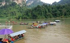 Lật thuyền chở 8 học sinh trong đêm, 4 em mất tích