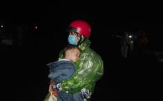 Hàng ngàn người vẫn ùn ùn ở hai bên đèo Hải Vân trong đêm mưa