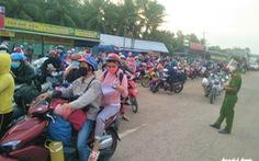 Người dân sinh sống ở quận Bình Tân được trao gói  hỗ trợ lần 3 trước khi về quê