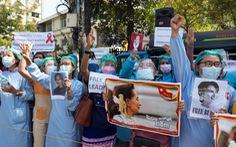 Đảng của bà Suu Kyi bất lực nhìn văn phòng bị cắt khóa, phá cửa