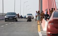 Cây cầu lớn nối liền hai tỉnh thành nơi chụp ảnh 'check in' bát nháo