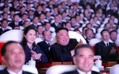 Vợ ông Kim Jong Un xuất hiện sau hơn một năm, bị đồn mang thai